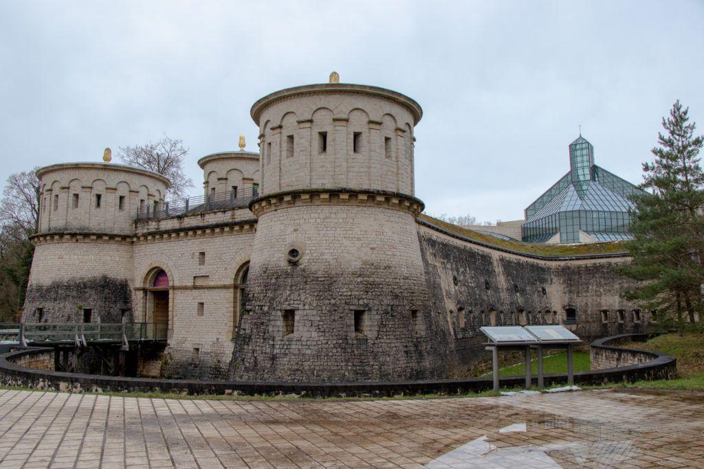 Luksemburg. Muzeum w Forcie, za nim Muzeum Sztuki Nowoczesnej