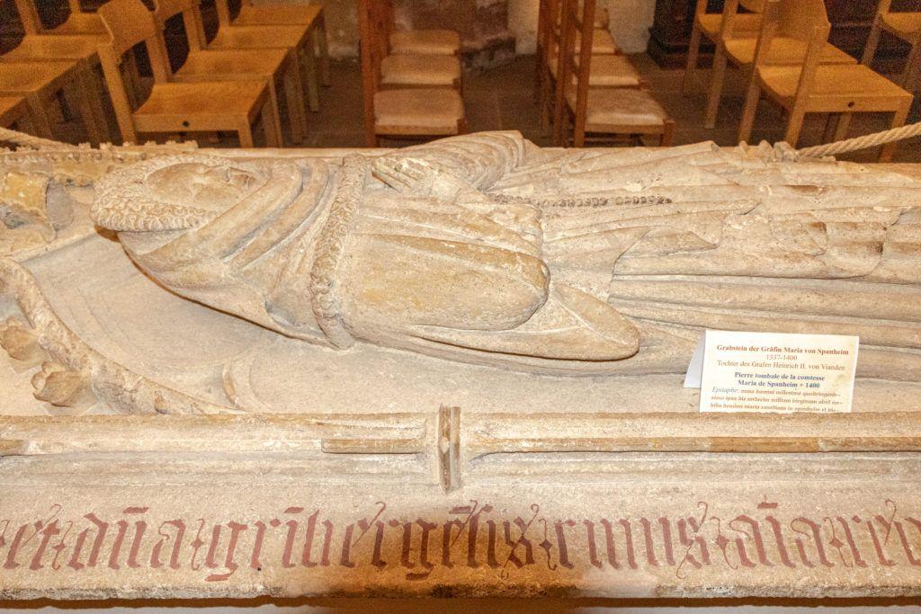 Nagrobek w środku kościoła