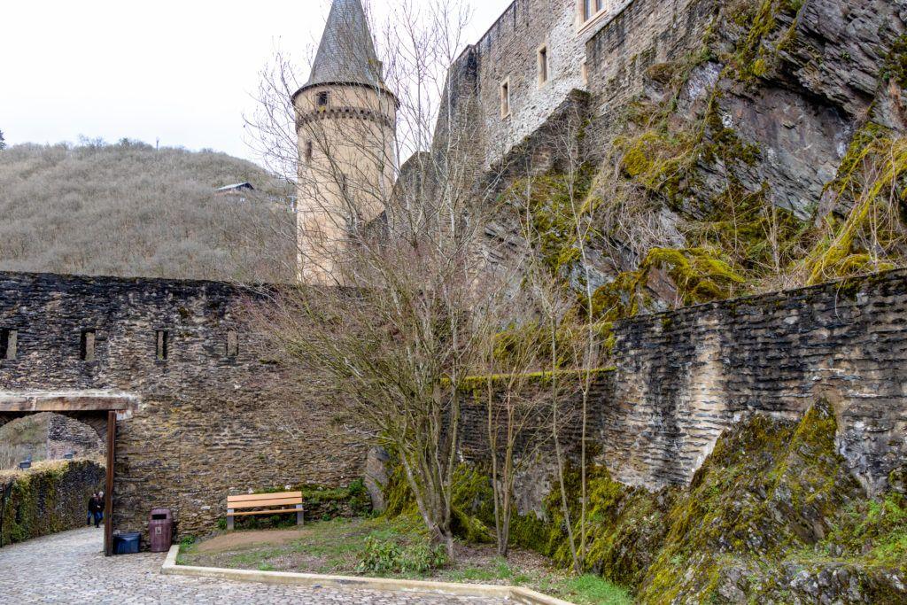 Na zdjęciu widoczna jest skała, na której został wzniesiony zamek