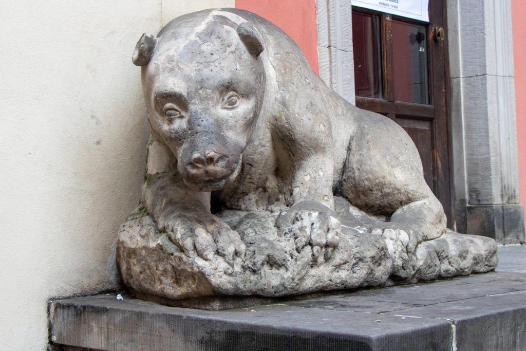 Rzeźba przedstawiająca niedźwiedzia