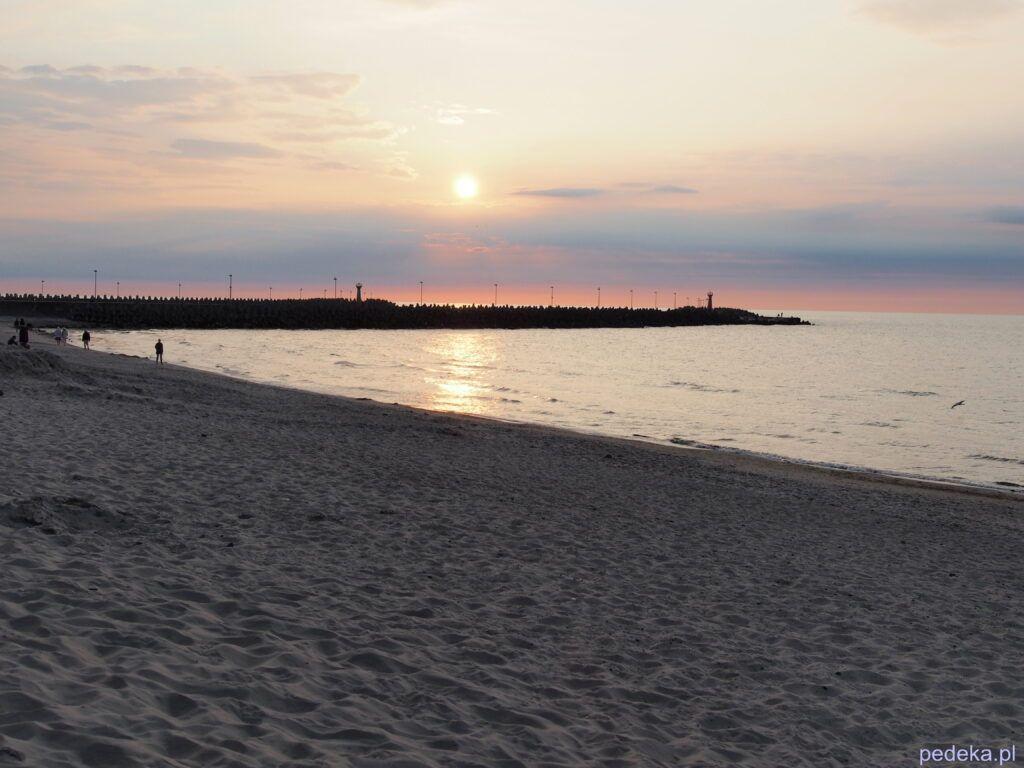 Piękna przyroda, plaża w Kołobrzegu o zachodzie słońca