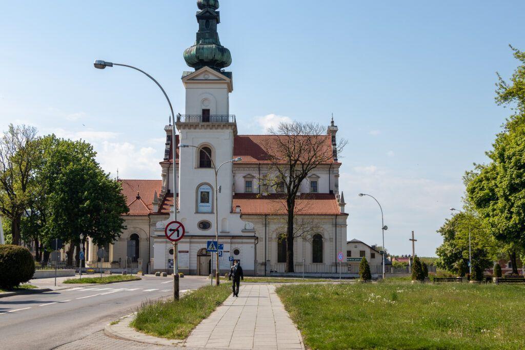 Jeden dzień w Zamościu. Katedra, a przed nią wieża