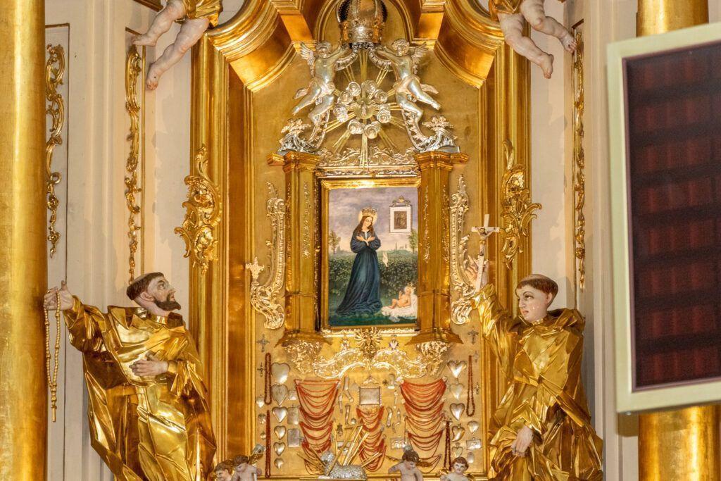 Ołtarz główny z cudownym obrazkiem