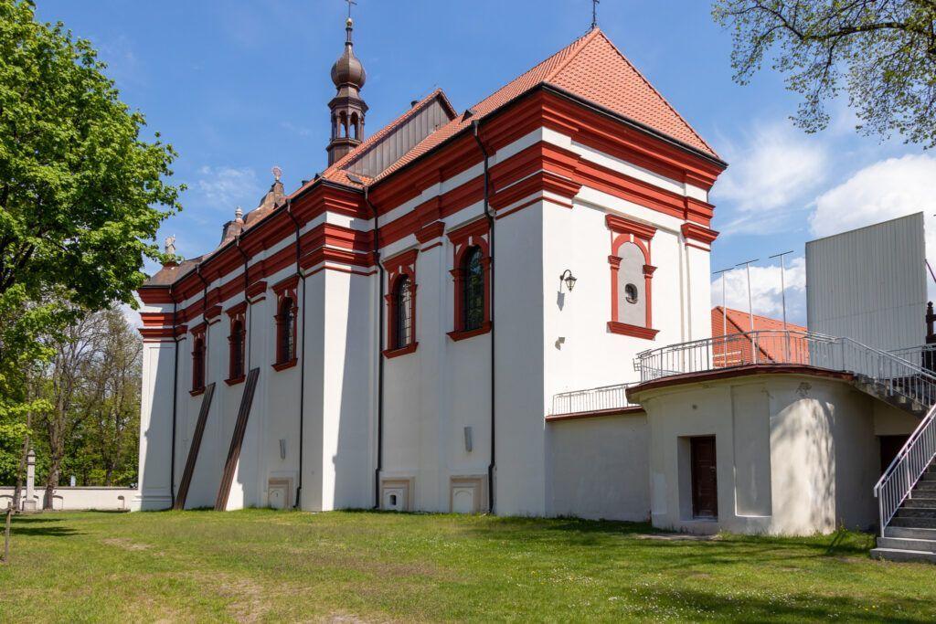 Czartowe Pole i Krasnobród. Kościół z drugiej strony