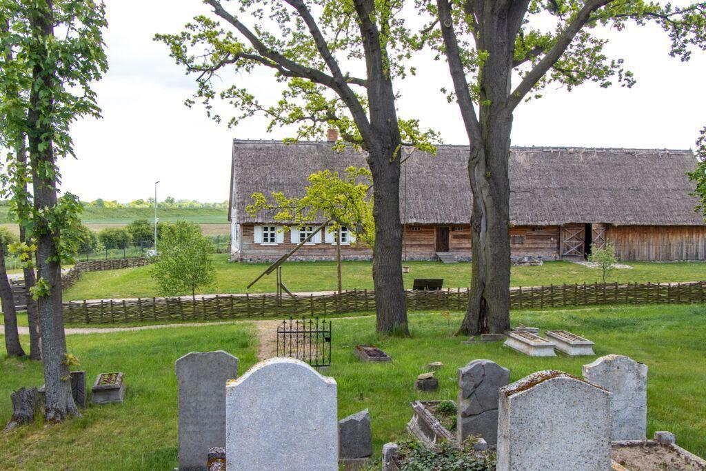Olenderski park Etnograficzny, widok z cmentarz na jeden z domów