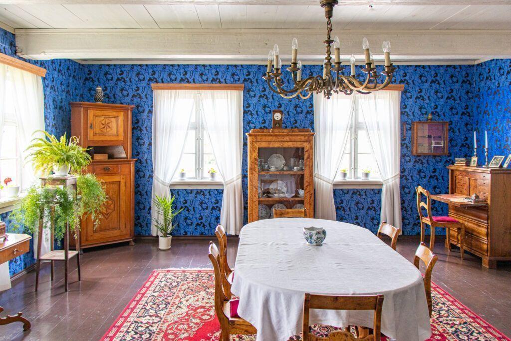 Salon, a w nim zachowana tapeta