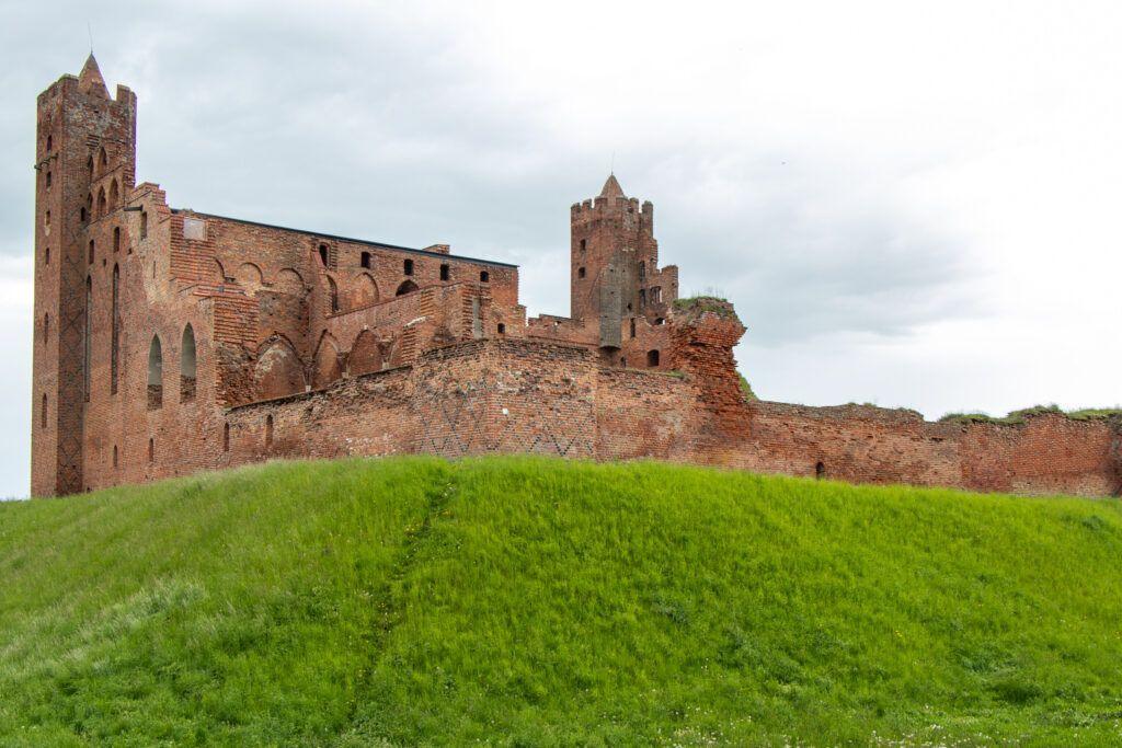 Ruiny zamku krzyżackiego w Radzyniu Chełmińskim  - ruiny od strony polnej drogi