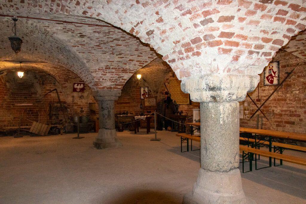 Ruiny zamku krzyżackiego w Radzyniu Chełmińskim - kolumny w piwnicy