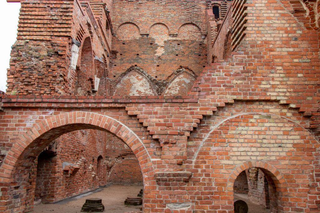 Na murze widoczne są ślady rekonstrukcji