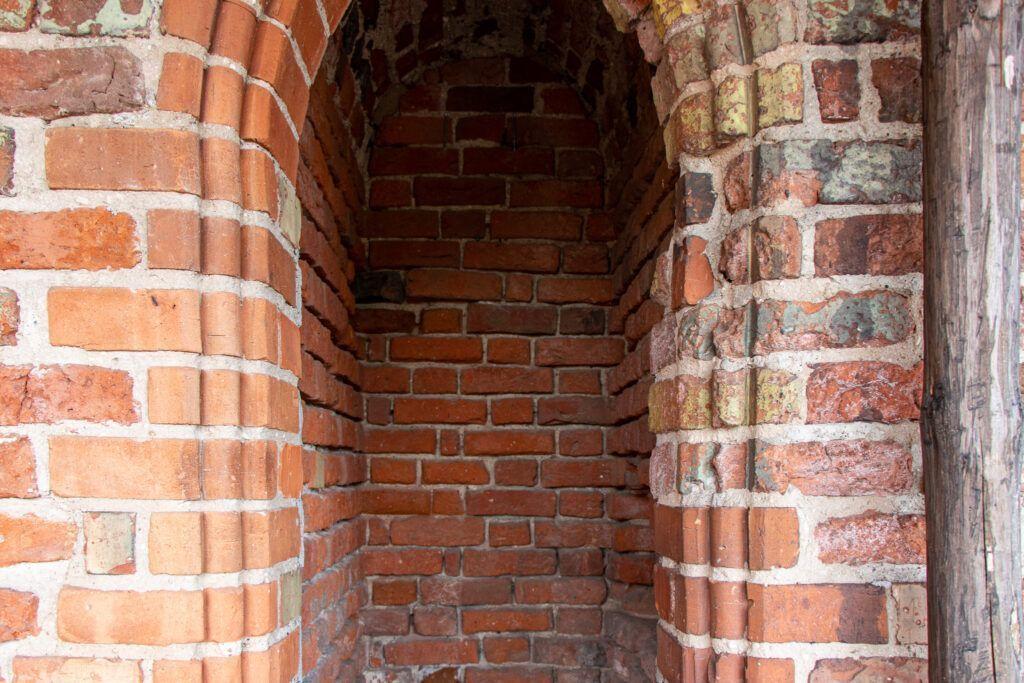 Ruiny zamku krzyżackiego w Radzyniu Chełmińskim. Cela dla grzeszników