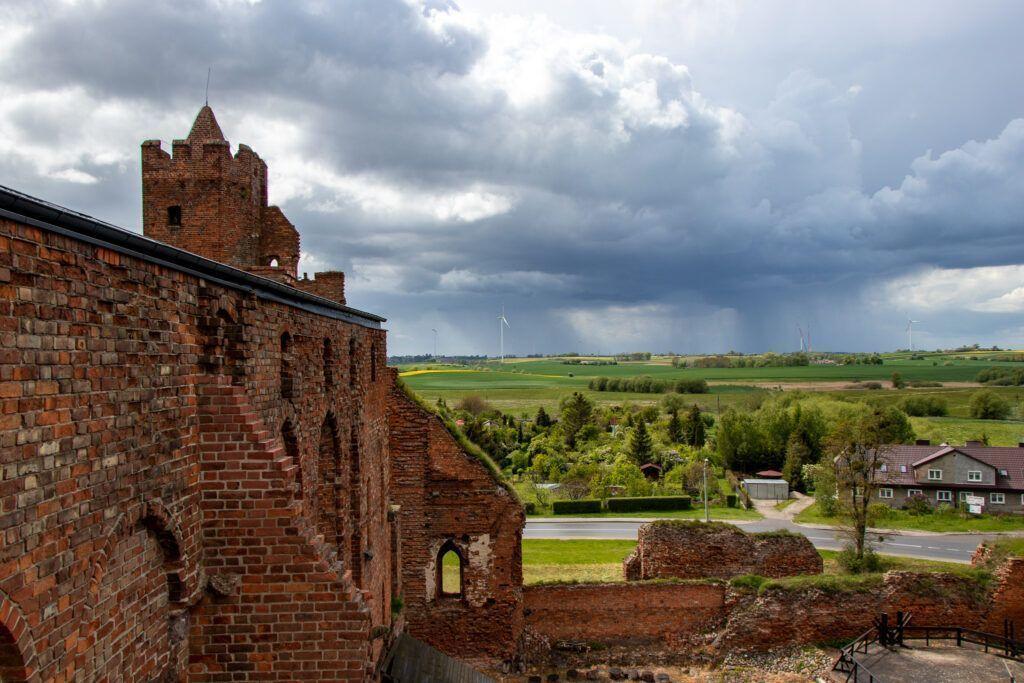 Ruiny, panorama i chmury