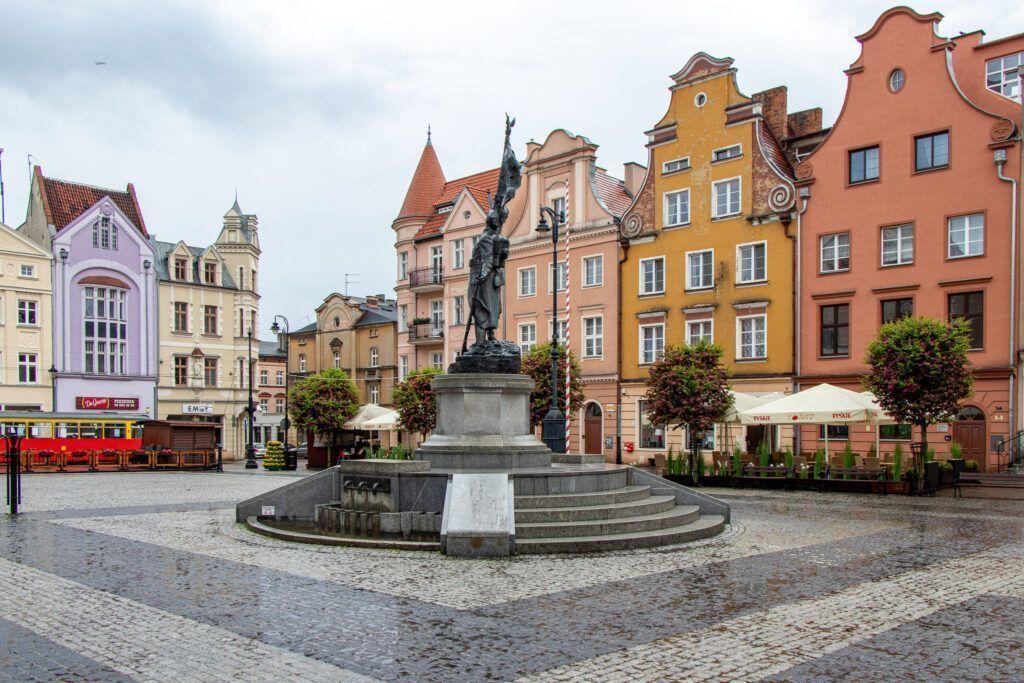 Grudziądz. Rynek, pomnik Żołnierza Polskiego i odbudowane kamienice
