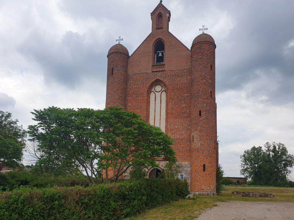 Kościół w Chwarszczanach z przodu