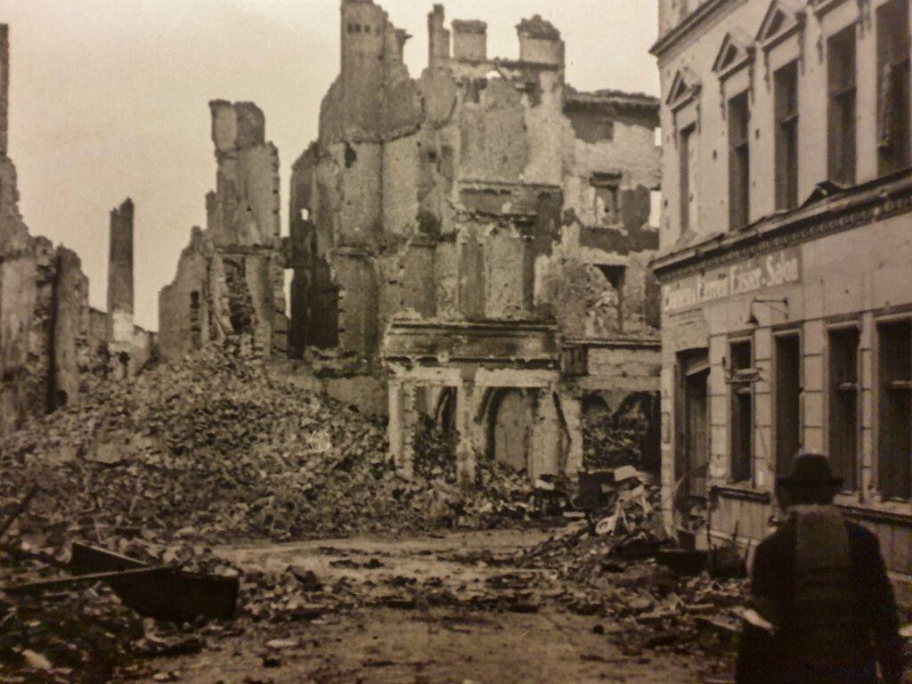 Zniszczone miasto na fotografii w muzeum