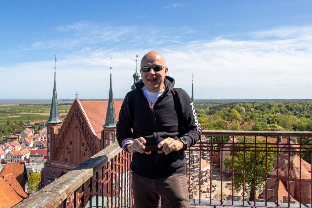 Frombork Marcin na tle katedry