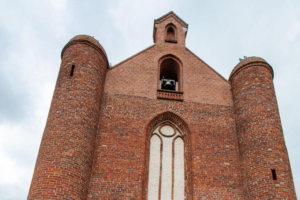 Obronne wieże w kościele w Chwarszczanach