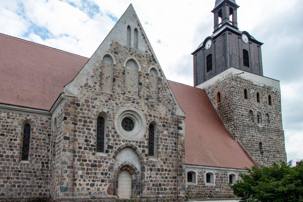 Fantastyczny, kamienny kościół w Moryniu