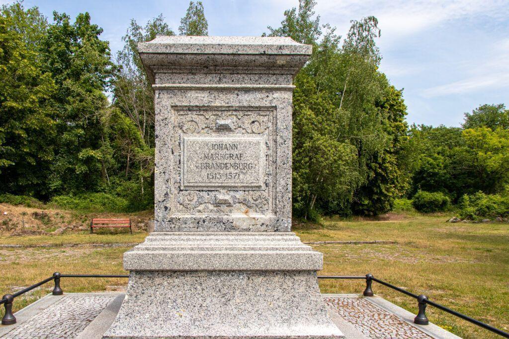 Twierdza Kostrzyń, cokół pomnika, który stał na dawnym placu