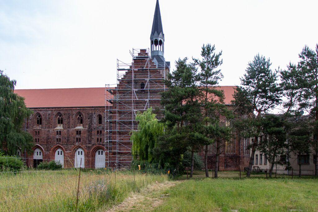 Kołbacz. Remontowany kościół z drugiej strony