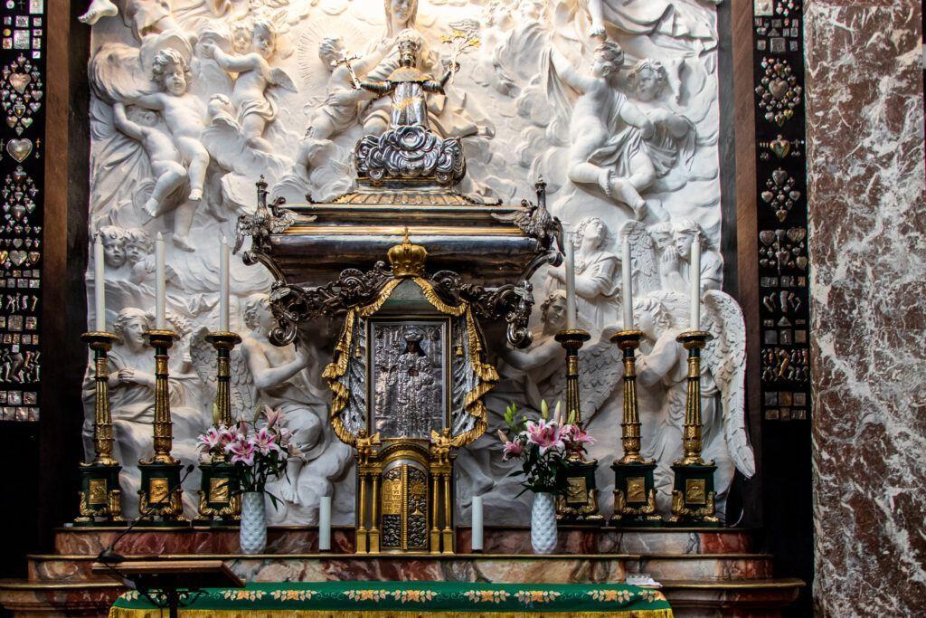 Wileńskie kościoły. Ołtarz w Kaplicy Kazimierzowskiej