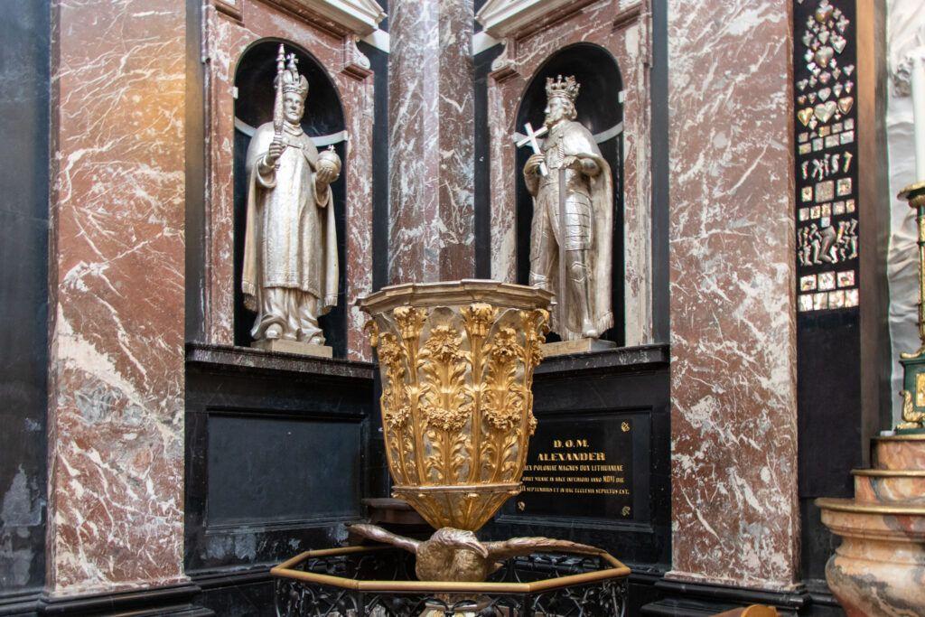 Posągi królów w Kaplicy Kazimierzowskiej