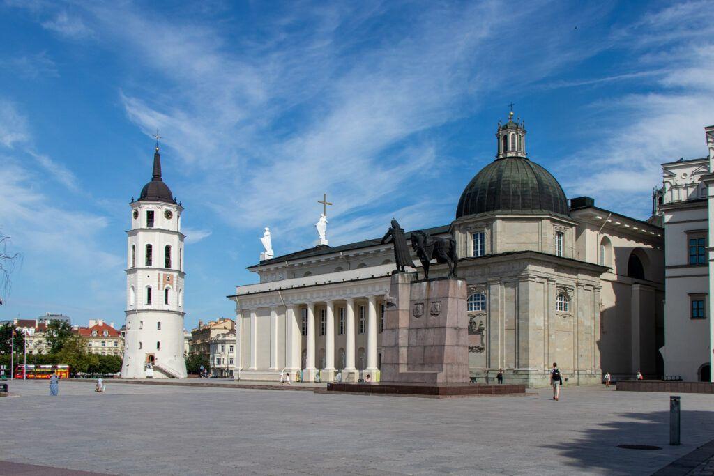 Kościoły wileńskie. Plac Katedralny, pomnik Giedymina i Kaplica Kazimierzowska