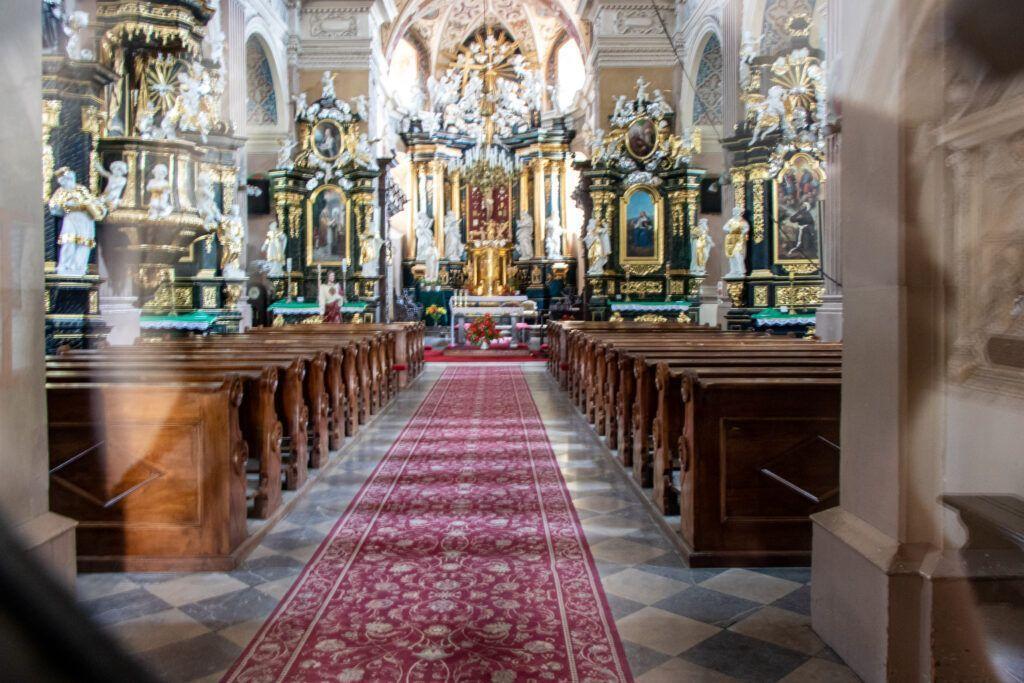 Kościół pod wezwaniem św. Jana Apostoła i Ewangelisty, zdjęcie przez szybę