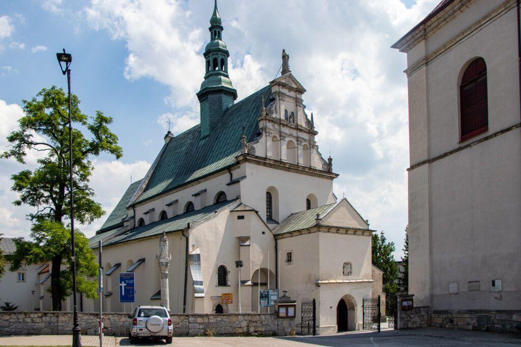 Pińczów. Kościół św. Jana Apostoła i Ewangelisty z zewnątrz