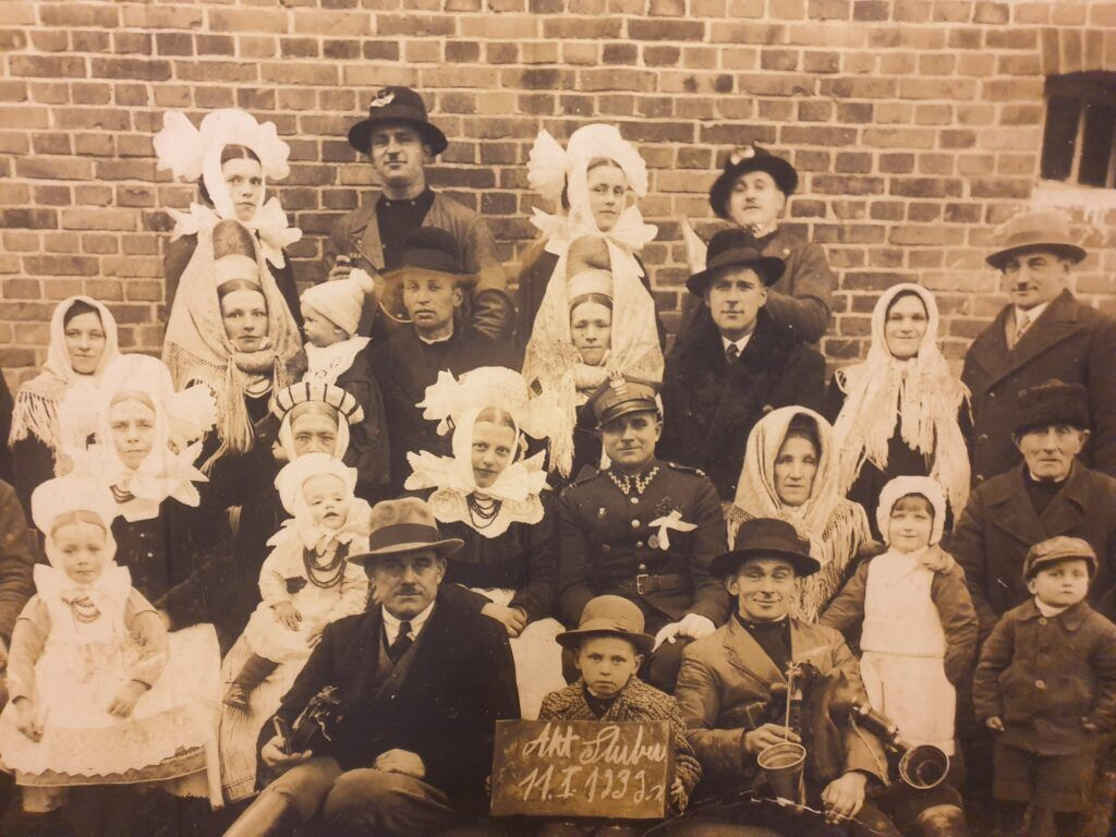 Nakrycia głowy na starym zdjęciu