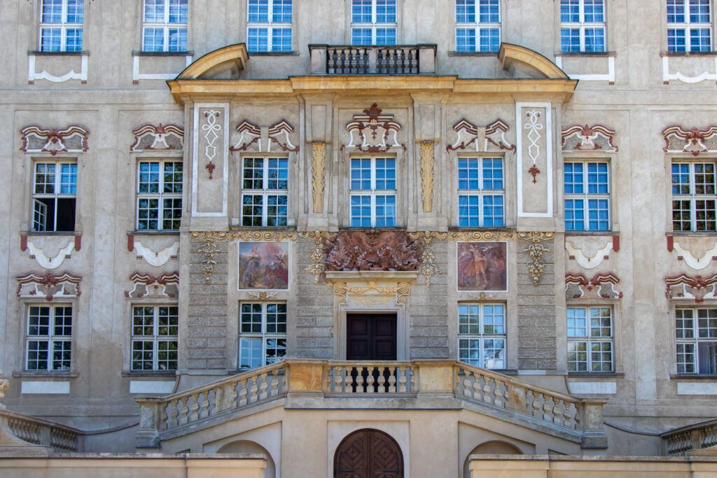 Fasada pałacu w Rydzynie od strony parku
