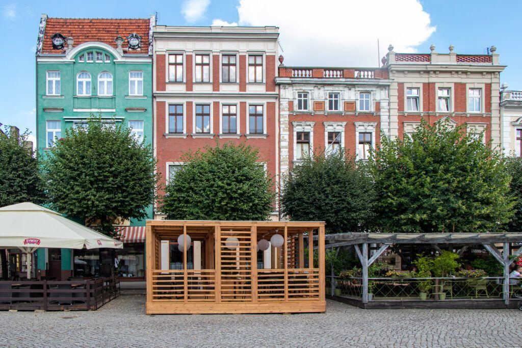 Kamienice w Rynku i ogródki kawiarniane w Lesznie
