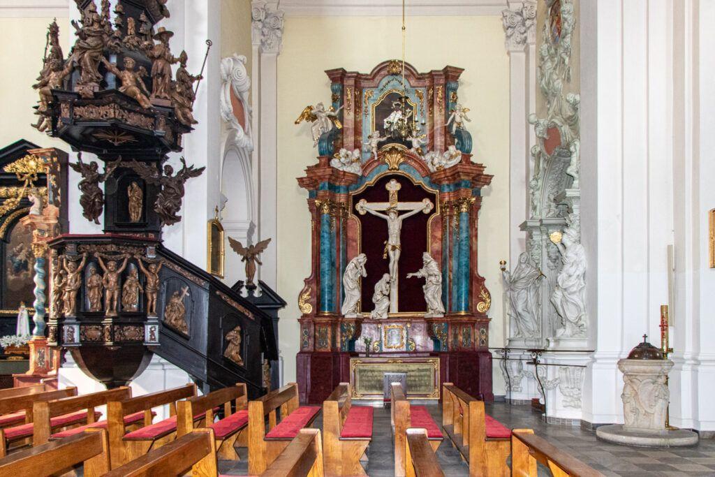 Ołtarz boczny i ambona w kosciele św. Mikołaja w Lesznie