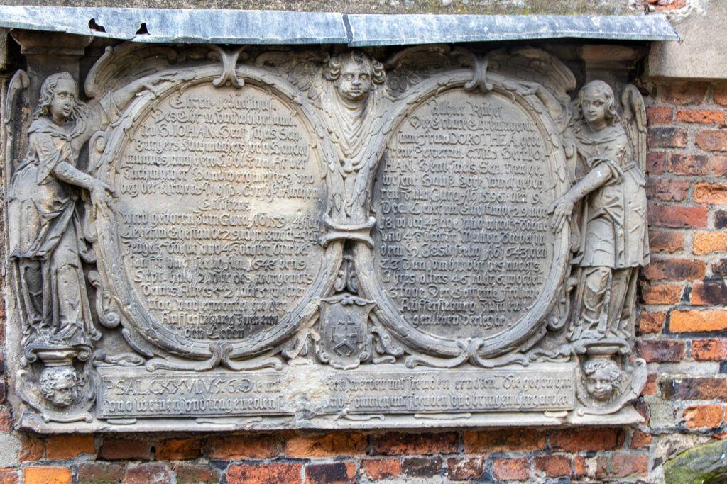 Tablica na ścianie kościoła św. Krzyża w Lesznie