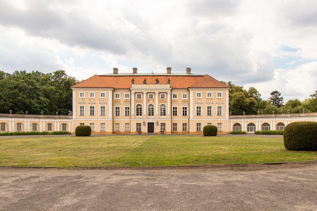 Pałac od frontu z dalszej perspektywy