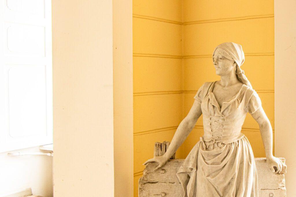 Pasterka, rzeźba w holu w pałacu w Pawłowicach