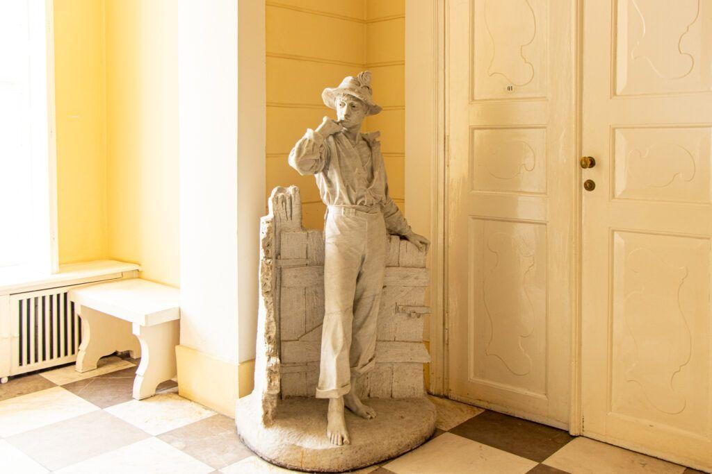 Pasterz, rzeźba w holu w pałacu w Pawłowicach