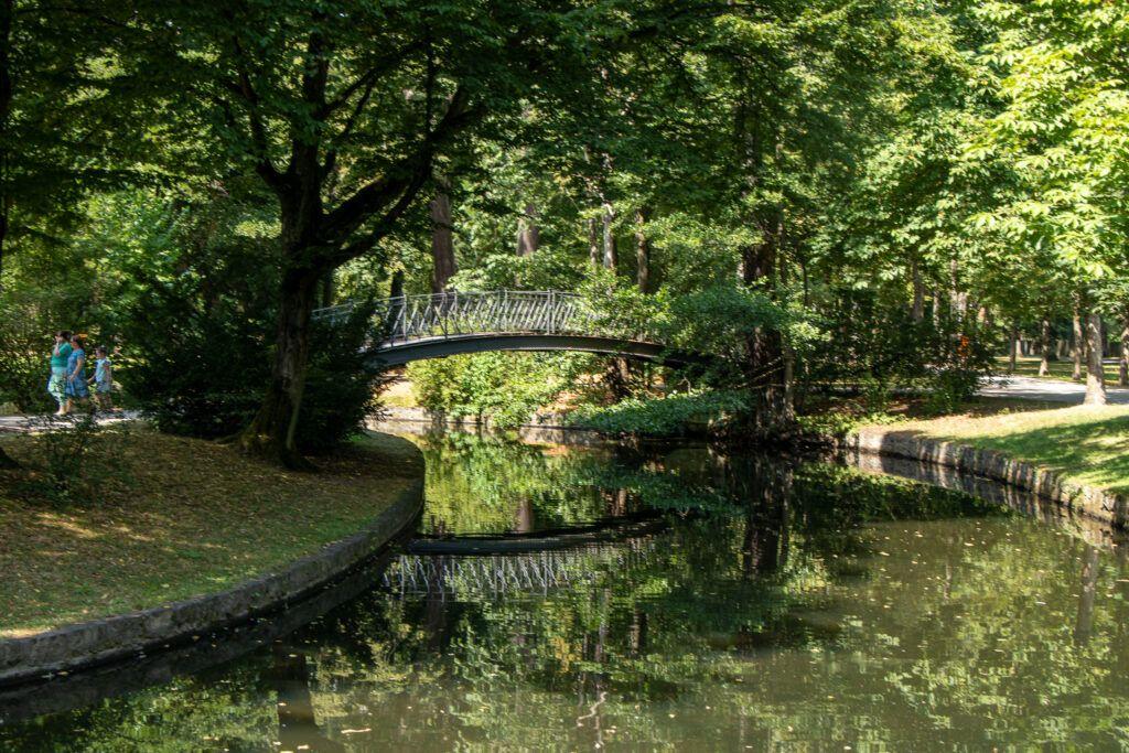 Romantyczny mostek w parku w Bayreuth