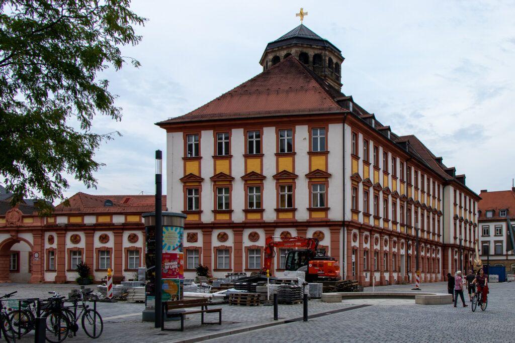 Bayreuth. Budynek urzędu. Za nim stara wieża