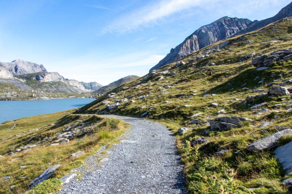 Z Leukerbad do Kandersteg. Ścieżka wzdłuż jeziora