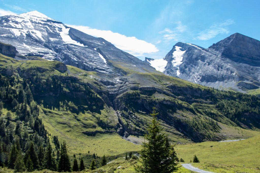 Z Leukerbad do Kandersteg. W górnych partiach gór zalegał śnieg