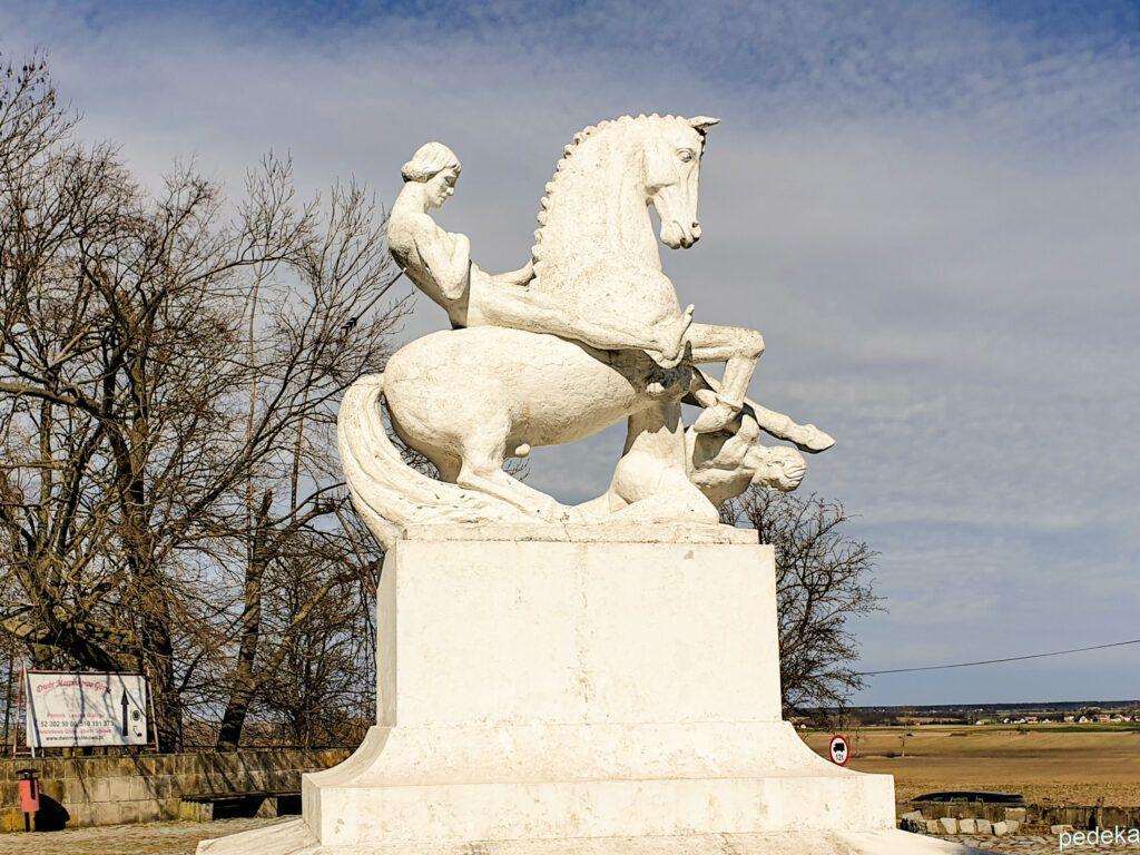 Weekend w okolicy Biskupina. Pomnik nagiego króla