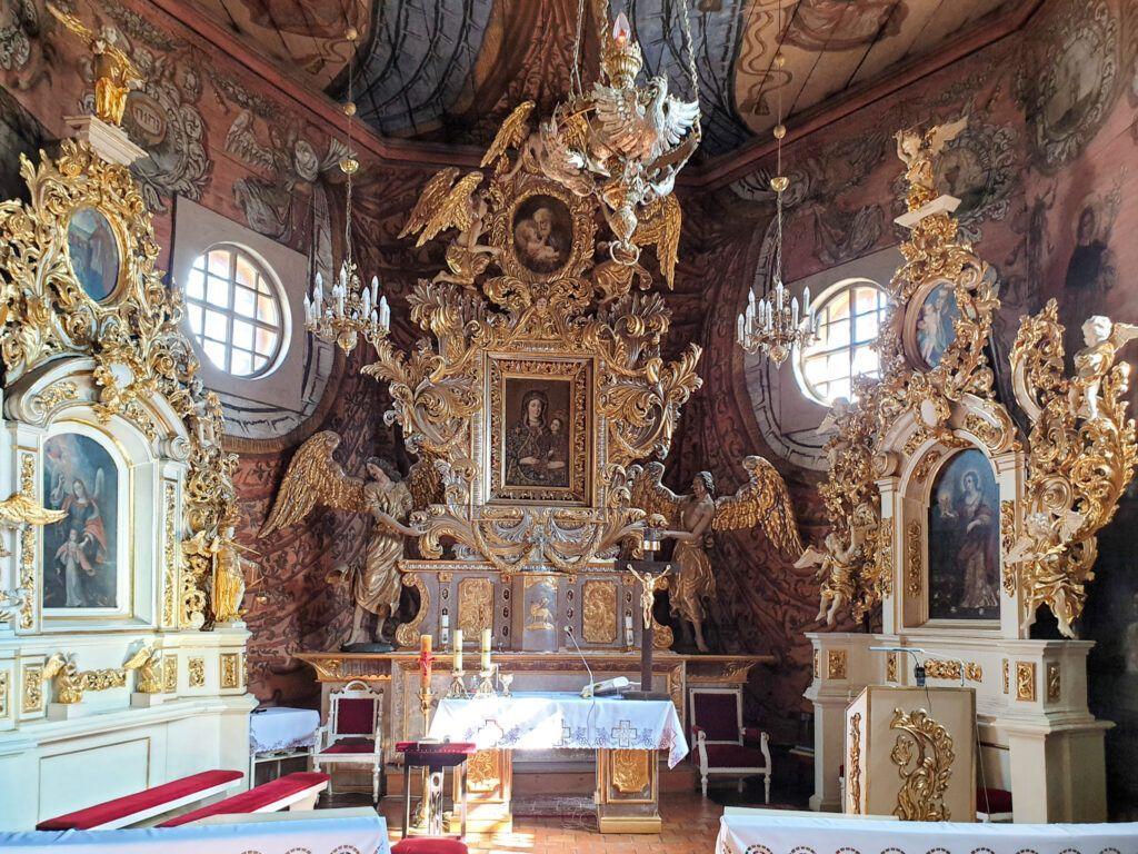 Ołtarz w kościele w Gąsawie