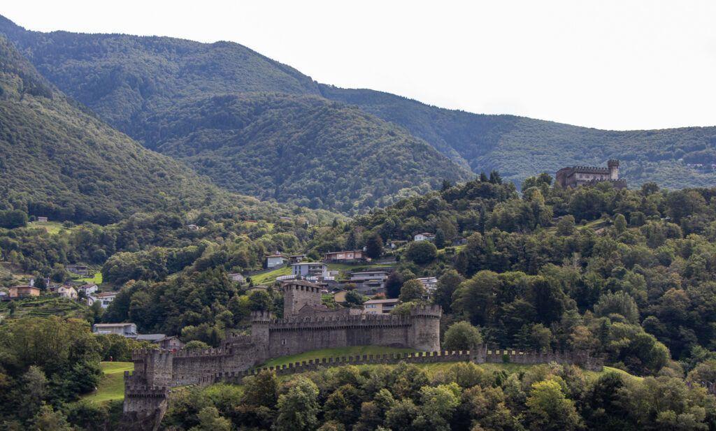 Widok na dwa pozostałe zamki