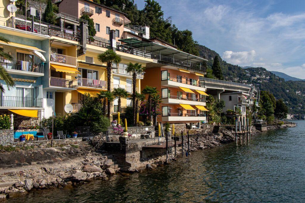 Wyspa Brissago. Domy na brzegu jeziora Maggiore