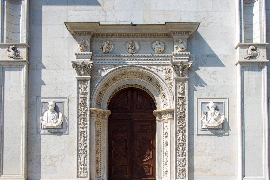 Lugano. Portal w katedrze