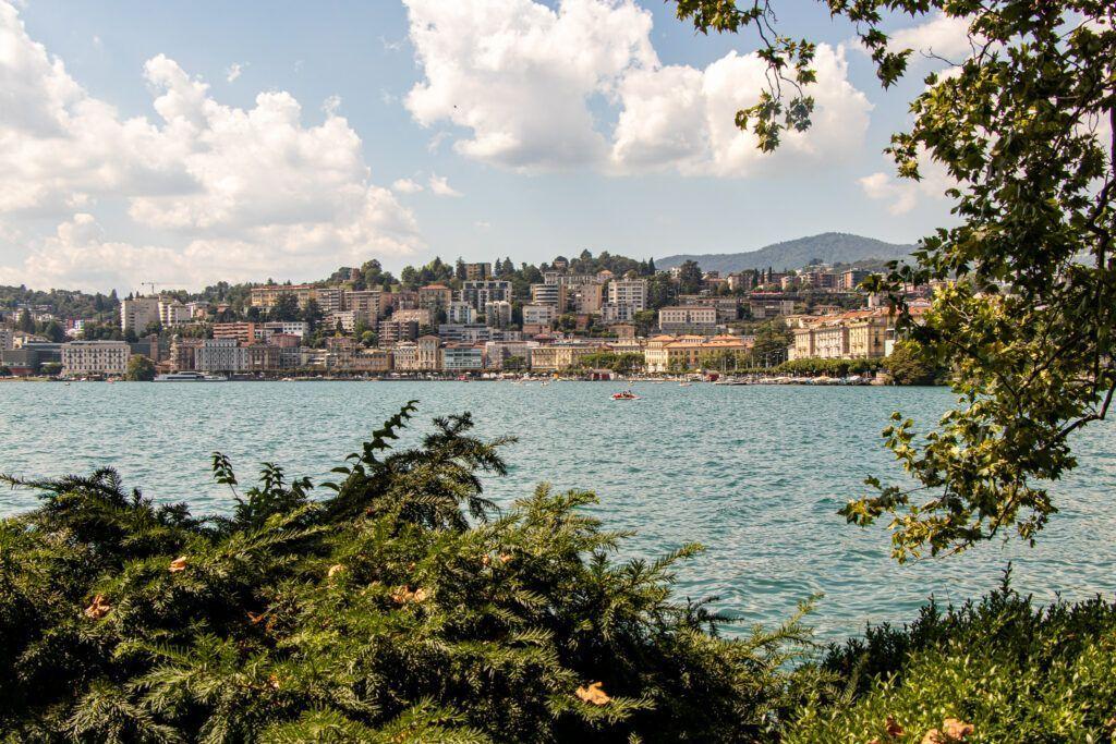 Lugano. Widok na centrum od strony jeziora