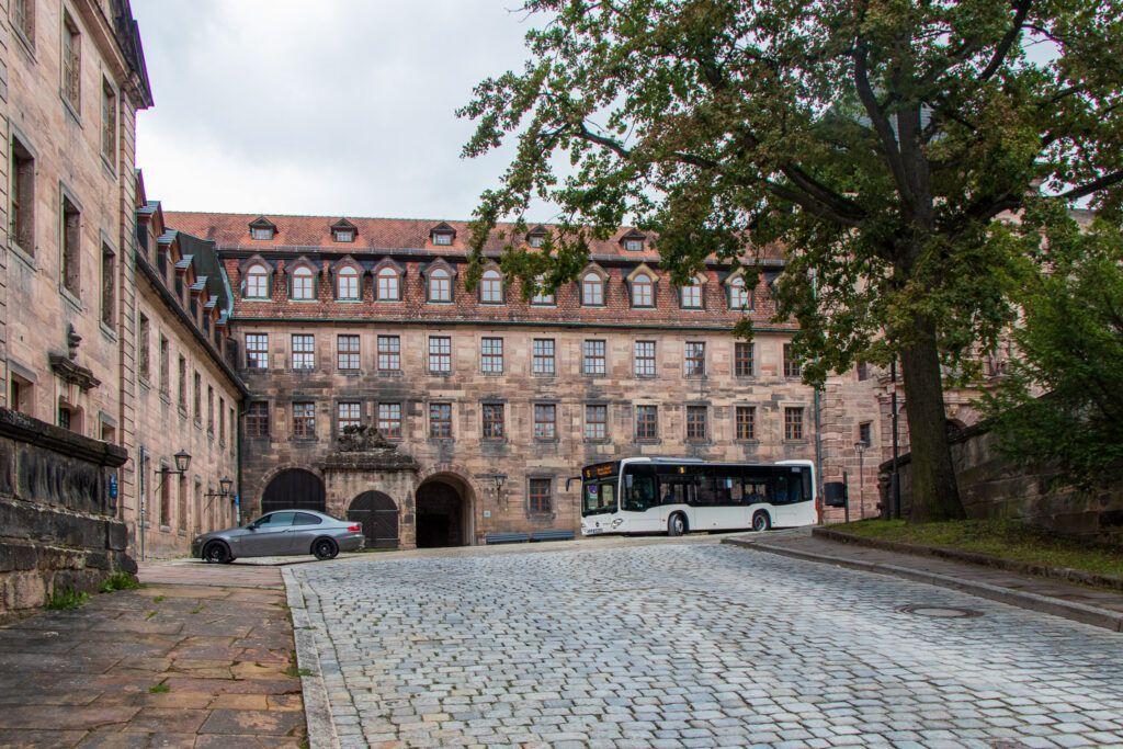 Kulmbach. Pierwszy dziedziniec zamkowy i autobus