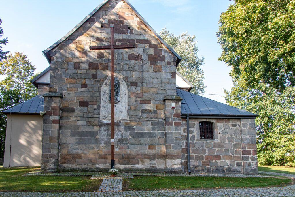 Tarczek, Raków, Rytwiany, kościół w Tarczku z bliska