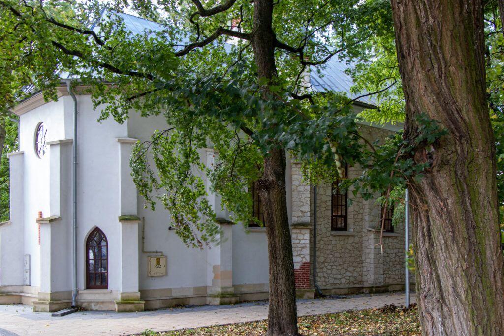 Busko-Zdrój i okolice. Kaplica w parku