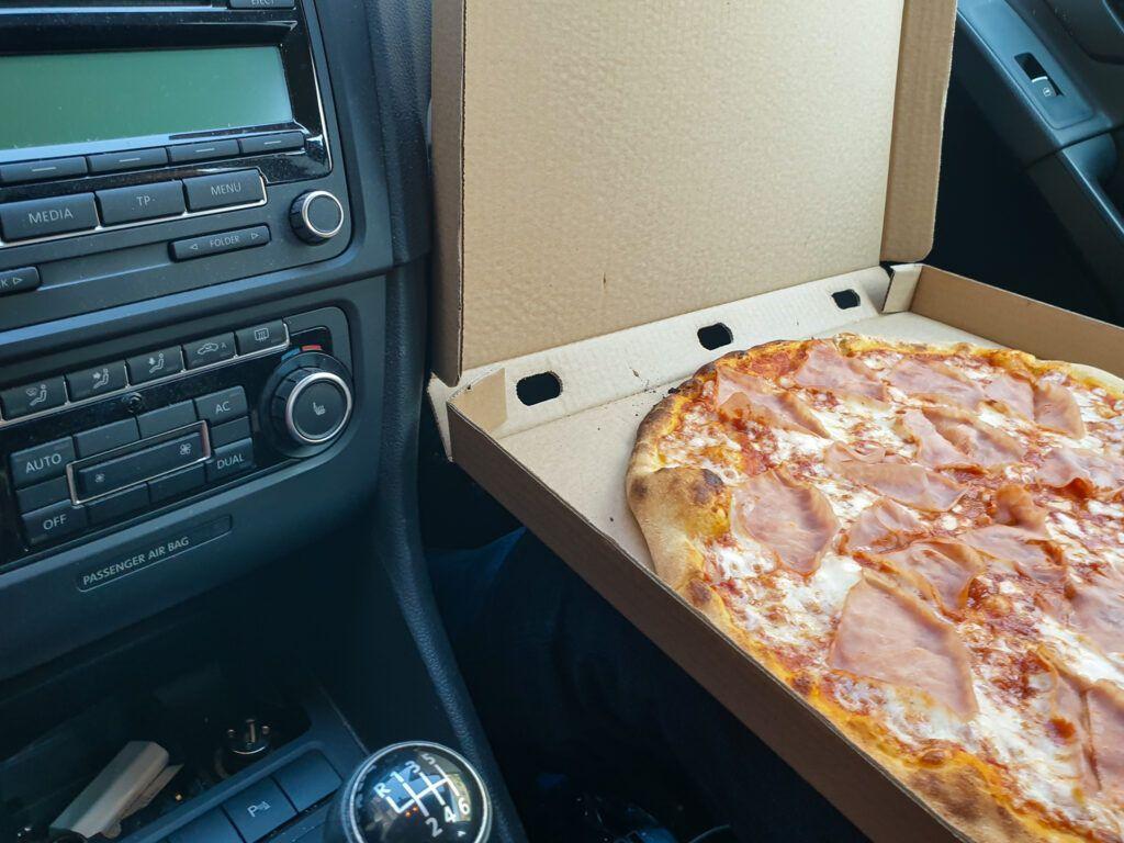 Pizza w samochodzie, czyli restauracja w czasach covidu